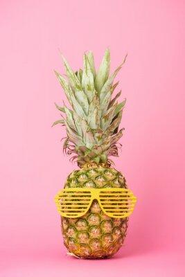 Adesivo abacaxi engraçado e saboroso em óculos de sol em fundo rosa