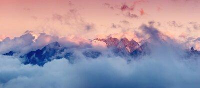 Adesivo Alta gama de montanhas nas nuvens durante o nascer do sol. Linda paisagem panorâmica