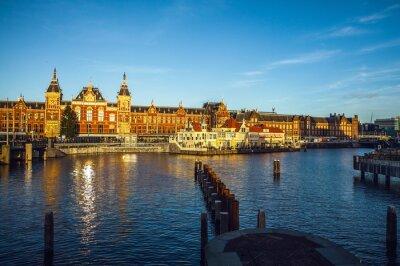 Adesivo AMSTERDÃO, PAÍSES BAIXOS - 15 DE JANEIRO DE 2016: Edifícios famosos do close-up do centro de cidade de Amsterdão no tempo ajustado do sol. Vista geral da paisagem. Amsterdão, Países Baixos.