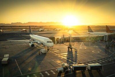 Adesivo Avião no portão do terminal em aeroporto internacional