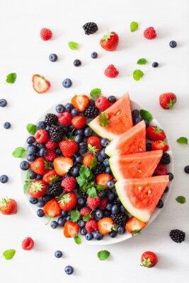 Adesivo Bandeja da fruta e da baga sobre o branco. mirtilo, morango, framboesa, blackberry, melancia