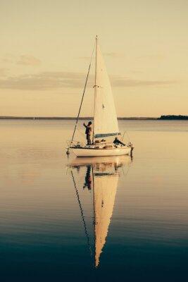 Adesivo Barco de navigação em um lago calmo com reflexão na água. Paisagem da cena sereno.