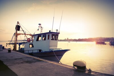 Adesivo Barco de pesca industrial é amarrado na porta. Foto tonificada Vintage