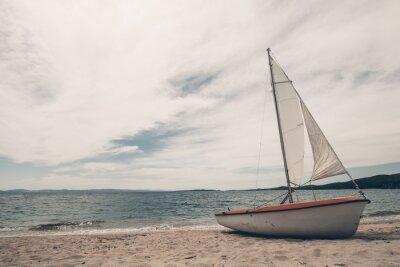 Adesivo Barco de vela na praia tropical com fundo azul da água