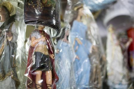 Adesivo BELO HORIZONTE, BRASIL - 28 de julho: Ícones religiosos embrulhados em plástico no mercado brasileiro. Os santos são significativos ao catolicismo e religiões Africano-brasileiras. 28 de julho de 2014