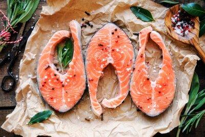 Adesivo Bifes de salmão cru com ervas frescas, milho de sal e pimenta. Lara ver mais