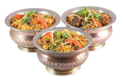 Adesivo Biryani de frango ou biryani vegetariano ou risoto indiano em tigelas de estanho