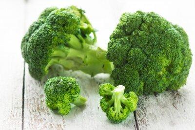 Adesivo Broccoli em um fundo de madeira branca
