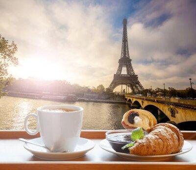 Adesivo Café com croissants contra Torre Eiffel em Paris, França