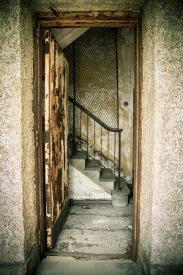 Adesivo Casa sujo abandonado com porta e escadas