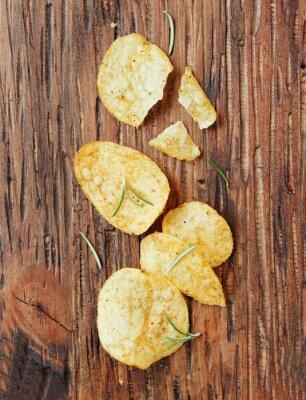 Adesivo Chips com sal e alecrim na superfície de madeira