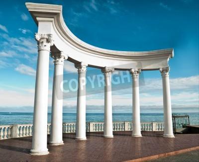Adesivo Colunas do grego clássico contra um céu azul e mar