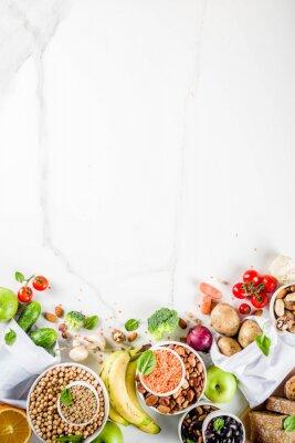 Adesivo Comida saudável. Seleção de boas fontes de carboidratos, alimentos ricos em fibras. Dieta com baixo índice glicêmico. Legumes frescos, frutas, cereais, legumes, nozes, verduras. copie o espaço