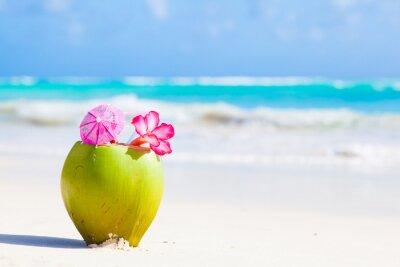 Adesivo dois cocktail coco fresco na praia tropical com flor