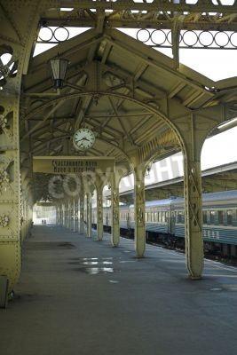 Adesivo Estação ferroviária - 5 - Railroad plataforma da estação com um relógio pendurado,