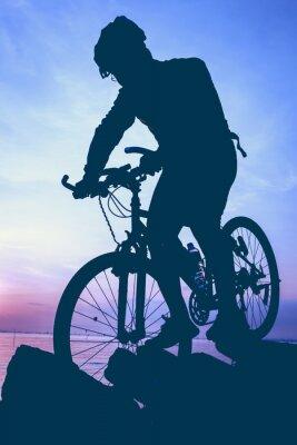 Adesivo Estilo de vida saudável. Silhueta do ciclista que monta a bicicleta no beira-mar.
