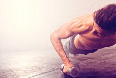 Adesivo Fazer, push-up, exercício, dumbbell. Homem forte que faz o exercício do crossfit.