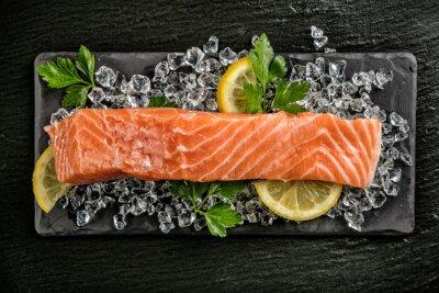 Adesivo Filete de salmão servido em pedra preta