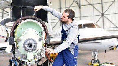 Adesivo Fluggerätemechaniker repariert Triebwerk von Flugzeug in Hangar // os trabalhadores reparam o motor da aeronave no hangar