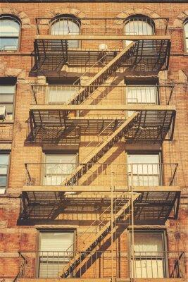 Adesivo Foto retro do estilo da construção com as escadas do escape de incêndio, NYC.