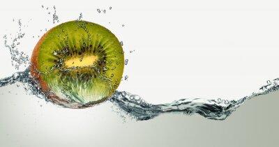 Adesivo Fruta madura de kiwi e faíscas da água.