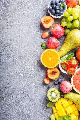 Adesivo Frutas e bagas assorted frescas na luz - fundo cinzento. Comer limpo e saudável colorido. Comida de desintoxicação. Copie o espaço. Vista do topo.