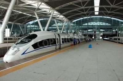 Adesivo GUANGZHOU, CHINA - 29 de setembro: China investe em ferroviária rápida e moderna, treina com velocidade de mais de 340 km / h. Treinar para Wuhan em 29 de setembro de 2010 espera na construção nova es