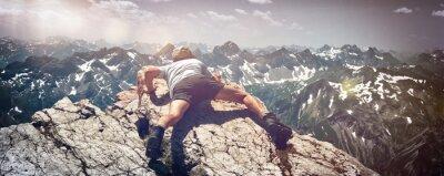 Adesivo Homem scrambling sobre rochas na montanha Ledge