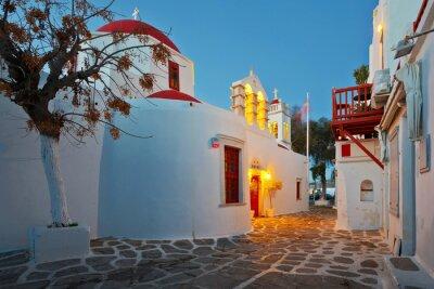 Adesivo Igreja bizantina em uma rua da cidade de Mykonos no amanhecer.