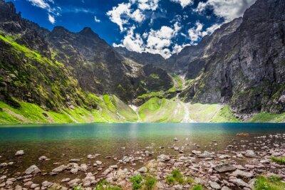 Adesivo Lagoa bonita no meio das montanhas no alvorecer