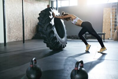 Adesivo Levantamento de peso. Formação de esportista com roda Crossfit no ginásio