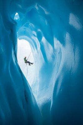 Adesivo Man Rappelling após a abertura da caverna de gelo azul na geleira de Matanuska, no Alasca