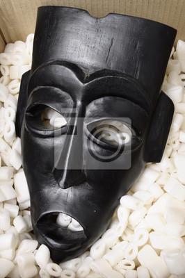 Máscara Africano Preto Embalado Em Pedaços De Isopor E Papelão