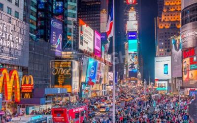 Adesivo NEW YORK CITY - 08 de junho de 2013: Turistas em Times Square à noite. Mais de 50 milhões de pessoas visitam New York a cada ano.
