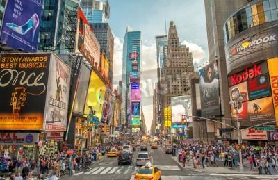 Adesivo NEW YORK CITY - 12 de junho de 2013: Opinião da noite de luzes Times Square. Times Square é uma interseção movimentada de turismo da arte e do comércio de néon e é uma rua icónica de New York City.