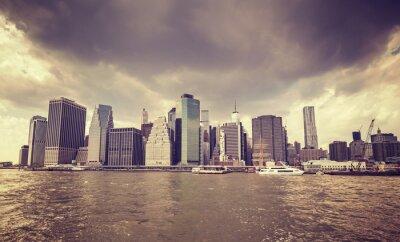 Adesivo O filme velho roxo stylized nuvens chuvosas sobre o beira-rio de Manhattan, NYC.