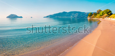 Adesivo O melhor da manhã na praia da ilha de Zakynthos (Zante). Seascape ensolarado da mola do mar Ionian, Grécia, Europa. Beleza do conceito de natureza.