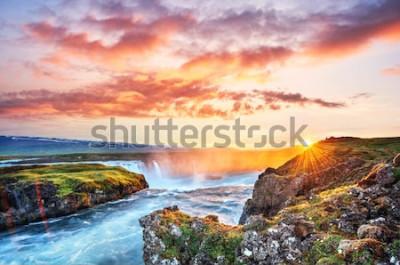 Adesivo O pôr do sol pitoresco sobre paisagens e cachoeiras. Kirkjufell montanha, Islândia