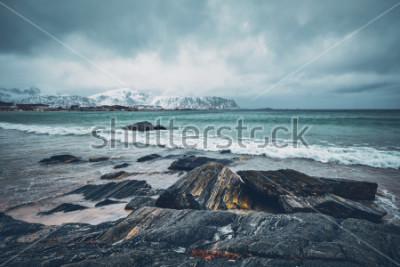 Adesivo Ondas do mar norueguês na praia rochosa do fiorde. Praia Ramberg, Ilhas Lofoten, Noruega