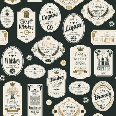 Adesivo Padrão sem emenda de vetor com colagem de etiquetas para várias bebidas alcoólicas em estilo retro, com inscrições de uísque, licor, conhaque, vinho, conhaque.