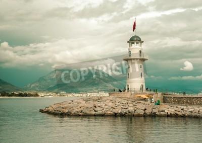 Adesivo Paisagem bonita da natureza com gama montanhas, céu nublado e farol no porto de Alanya, Turquia
