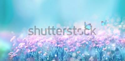 Adesivo Paisagem natural da mola floral com as flores lilás do rosa selvagem no prado e as borboletas de vibração no fundo do céu azul. Imagem artística de um ar suave e sonhador. Foco suave, processamento do
