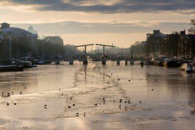 Adesivo Panorama bonito do inverno do rio Amstel, em Amesterdão, Holanda, olhando para a ponte magro.