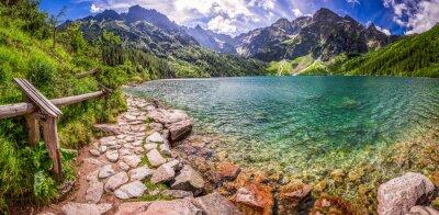 Adesivo Panorama da lagoa no meio das montanhas de Tatra