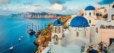 Adesivo Panorama impressionante da manhã da ilha de Santorini. Nascer do sol esplêndido da mola em grego Oia, Grécia, Europa. Fundo do conceito de viagem. Poste de estilo foto processo