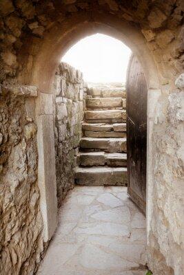 Adesivo Parede de pedra com porta aberta e os raios de luz atrás