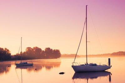 Adesivo Pequenos barcos à vela refletir na água serena durante o amanhecer.