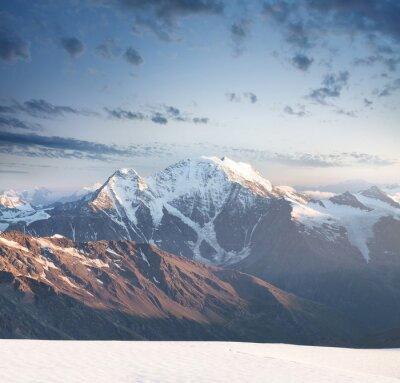 Adesivo Pico de montanha alta durante o nascer do sol. Paisagem natural bonita no tempo de verão.