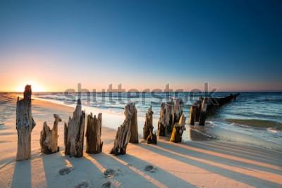 Adesivo Pôr do sol na praia do mar Báltico e velho quebra-mar de madeira
