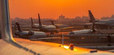 Adesivo Pôr do sol no aeroporto com aviões prontos para decolar